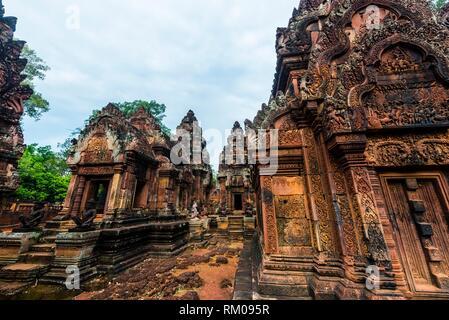 Banteay Srei Banteay Srey ou (''Citadelle des femmes'') est un 10e siècle dédiée à temple cambodgien le dieu hindou Shiva. Banteay Srei est construit Banque D'Images