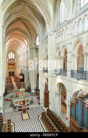 La Cathédrale de Noyon (Cathédrale Notre-Dame de Noyon), le nord de la France: intérieur de la cathédrale, sans que personne à l'intérieur. Transept et grand autel. Banque D'Images