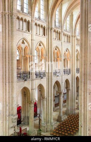 La Cathédrale de Noyon (Cathédrale Notre-Dame de Noyon), le nord de la France: intérieur de la cathédrale, sans que personne à l'intérieur Banque D'Images