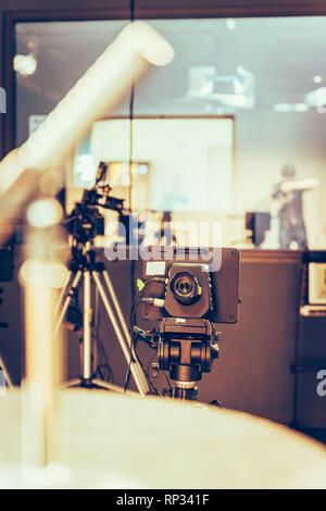 Appareil photo sur un trépied dans un studio de télévision, spots et de l'équipement Banque D'Images