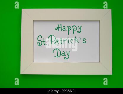 Bonne carte de souhaits avec cadre blanc sur fond vert. Banque D'Images