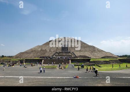 Entrée de la Pyramide du soleil avec des touristes à Teotihuacan, Mexique Banque D'Images