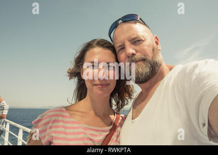 Mature couple on pier, self portrait, Portoferraio, Toscane, Italie Banque D'Images
