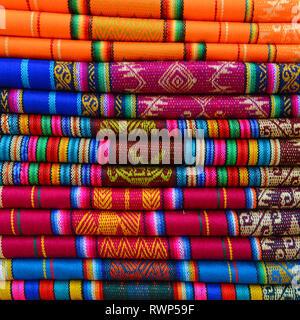 Une pile de textiles dans les Andes traditionnel dimanche local marché d'Otavalo, Équateur. Ces tissus sont aussi trouvés au Pérou et en Bolivie. Banque D'Images