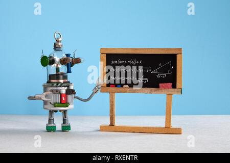L'intelligence artificielle et la trigonométrie leçon au collège. L'enseignant explique Robot théorie fonctions trigonométriques inverses. L'intérieur de classe han Banque D'Images