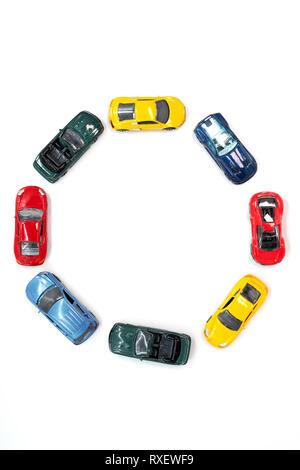 Voitures jouets disposés dans un motif de cercles Banque D'Images