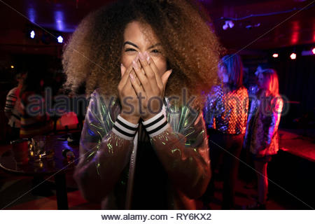 Riant Portrait young woman in nightclub Banque D'Images