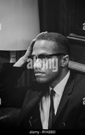 Malcolm X - 1925-1965 attend à Martin Luther King, conférence de presse, la tête-et-épaules portrait. Malcolm X (1925-1965) était un ministre musulman et militant des droits de l'homme qui a été une figure populaire pendant le mouvement des droits civils. Il est surtout connu pour ses activités de plaidoyer pour les droits des noirs; certains le considèrent comme un homme qui a inculpé l'Amérique blanche dans les conditions les conditions pour ses crimes contre les Américains noirs, tandis que d'autres l'ont accusé de prêcher le racisme et la violence. Banque D'Images