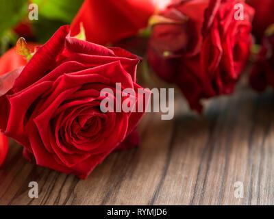 Deuil et funérailles concept - fleur rose rouge sur le cercueil en bois. Close up Banque D'Images