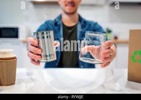Concept de recyclage. Boîte métal et verre sont préparés pour le recyclage close-up Banque D'Images