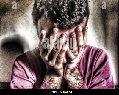 L'homme déprimé head in hands Banque D'Images