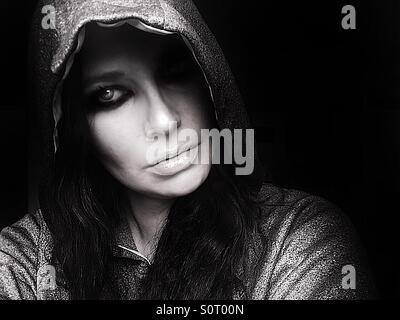 Le noir et blanc portrait of woman in hoodie Banque D'Images