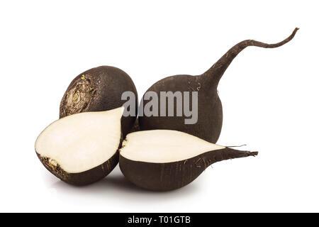 Le radis noir avec la moitié isolé sur fond blanc. Banque D'Images