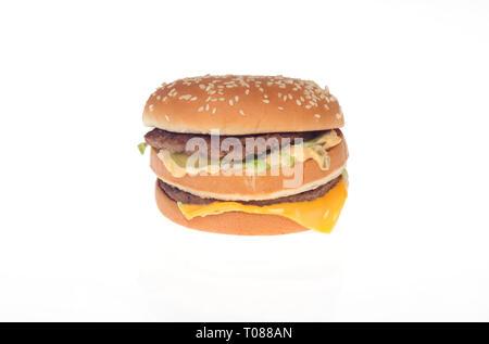 McDonald's Big Mac burger de boeuf haché avec 2 tous, sauce spéciale, laitue et fromage sur un pain aux graines de sésame Banque D'Images