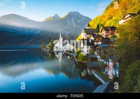 Scenic photo-carte postale de Hallstatt célèbre village de montagne Hallstatter voir dans les Alpes autrichiennes, dans la belle lumière du matin d'or dans la région de sprin Banque D'Images