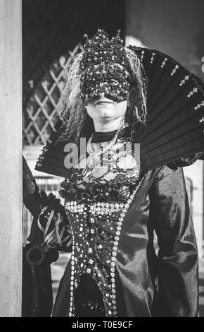 B/W femme masquée au carnaval de Venise Banque D'Images