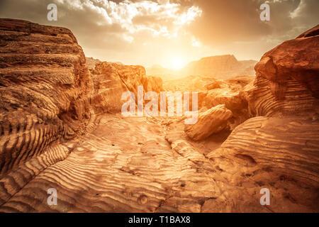 Détail de rochers de grès à la lumière du soleil, la voie des Nabatéens, paysage pittoresque situé à Pétra, en Jordanie. Banque D'Images
