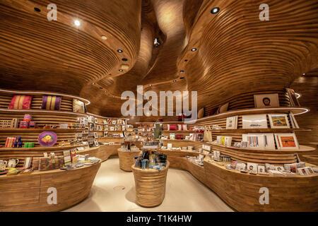 Doha, Qatar. Mar 27, 2019. Une vue générale, montre les cadeaux du nouveau Musée national du Qatar conçu par l'architecte Koichi Takada sur c'est jour d'ouverture. Takada basée à Sydney a conçu six Interiors dans le musée. Credit: Sharil Babu/dpa/Alamy Live News Banque D'Images
