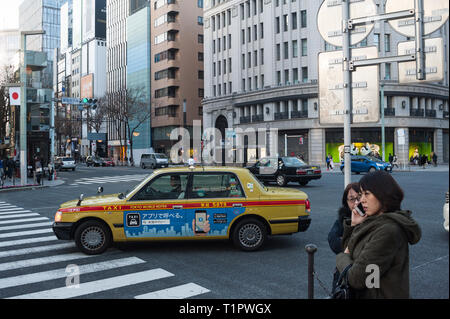 01.01.2018, Tokyo, Japon, Asie - Scène de rue avec les piétons et le long de l'Avenue Chuo-Dori taxi dans le quartier de Ginza de la capitale du Japon. Banque D'Images