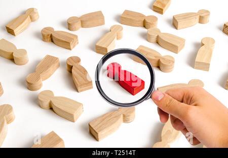 Loupe à la recherche au red figure humaine parmi beaucoup d'autres personnes. Recherche concept employé, le recrutement et la gestion du personnel. Zéro infection Banque D'Images
