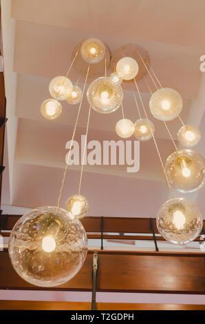 Lampe de plafond avec de belles lumières chaudes décorant la salle de théâtre Banque D'Images