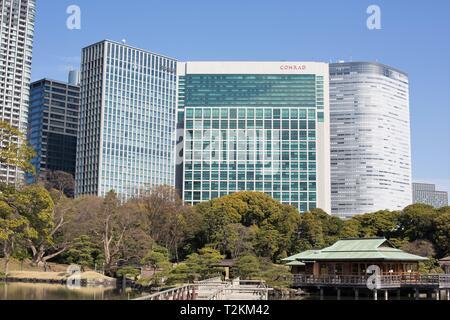 Un avis de certains gratte-ciel de Tokyo Jardins Hamarikyu, à Tokyo, Japon. Banque D'Images