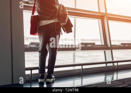 Woman traveler à la fenêtre à l'attente pour l'embarquement sur l'avion de l'aéroport de hall. Concept touristique anf voyage Banque D'Images