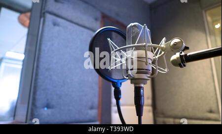 Microphone de studio avec suspension et filtre anti-pop sur trépied professionnel en mousse acoustique prix du meilleur de la production sonore sur l'air et le processus de mélange en mus Banque D'Images