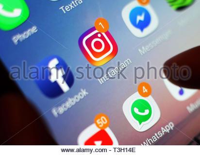 De 0001 sous embargo Lundi 08 avril fichier sans date photo de médias sociaux icônes affichées sur un écran de téléphone mobile, que des plans pour faire de nouvelles lois géants technologiques et les réseaux sociaux plus responsables de contenus préjudiciables en ligne ont été fixés par le gouvernement, dans une tentative de rendre le Royaume-Uni l'un des endroits les plus sûrs au monde à être en ligne. Banque D'Images