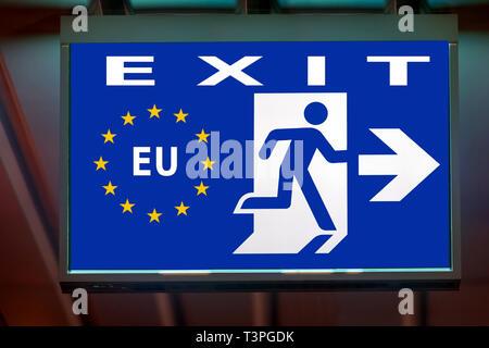 L'enseigne de sortie d'urgence montre la direction de secours en cas quitter l'Union européenne. Le conseil d'indiquer voie à la sortie de l'UE. Banque D'Images