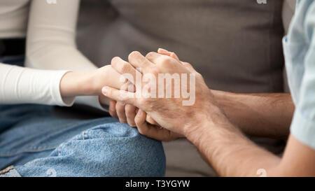 Close up couple amoureux se tenir la main, montrant le soutien, solidarité Banque D'Images