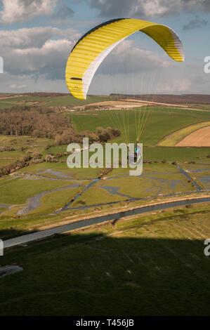 Ingelmunster, East Sussex, UK. 13Th apr 2019. Vent froid de l'Est réunit pilotes de parapente à élevé et plus dans la belle South Downs surplombant la rivière Cuckmere. Crédit: David Burr/Alamy Live News Banque D'Images
