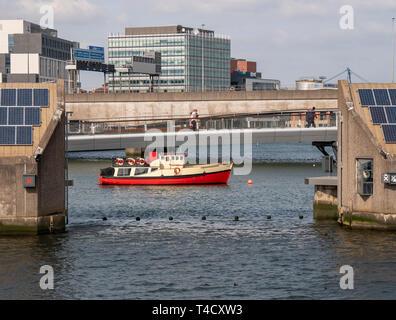 Pied Lagan et pont de cycle avec Titanic bateau d'excursion Banque D'Images