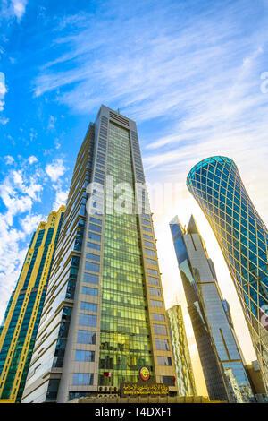 Doha, Qatar - 17 Février 2019: le fond de dotation du Ministère et l'affaire islamique Tornado Tower dans la baie ouest du quartier commercial. Gratte-ciel à Banque D'Images