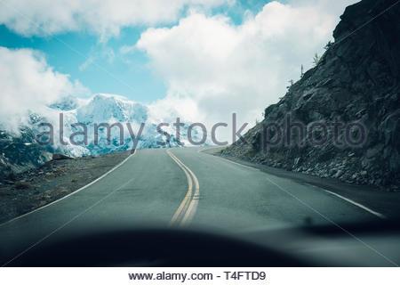 Vide gris road under blue sky Banque D'Images