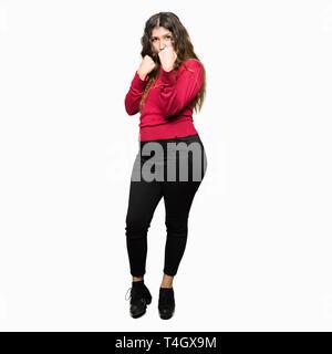 Young Beautiful woman wearing red sweater prêts à se battre avec des gestes de défense poing, en colère et contrarié face, peur de problème Banque D'Images