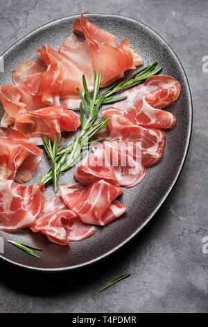 Jamon, traditionnel espagnol, italien Prosciutto Crudo jambon de Parme. Plaque d'antipasto Banque D'Images