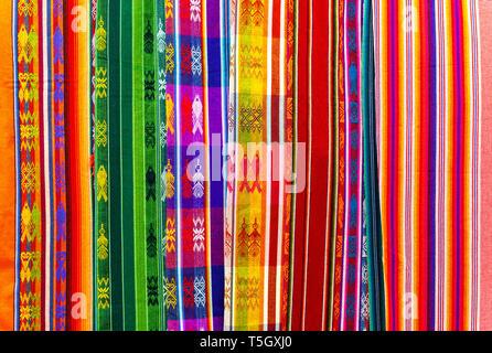 Andes colorées sur l'art textile et marché artisanal d'Otavalo, au nord de Quito, en Équateur. Ces tissus peuvent également être trouvés au Pérou et en Bolivie. Banque D'Images