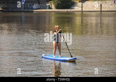 PRAGUE, RÉPUBLIQUE TCHÈQUE - AOÛT 2018: personnes paddle sur la Vltava à Prague. La rivière traverse le centre de la ville. Banque D'Images