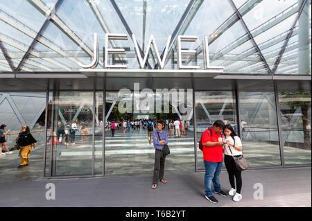 28.04.2019, Singapour, République de Singapour, en Asie - les gens à l'entrée de la nouvelle borne de bijoux à l'aéroport de Changi. Banque D'Images