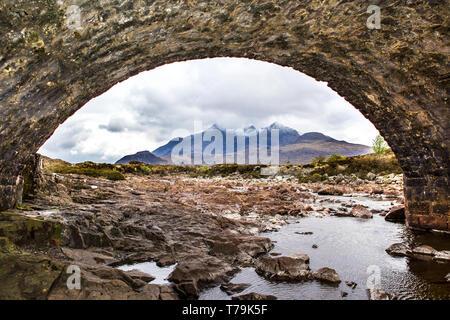 Regardant à travers l'arc de Sligachan vers les Cuillin Hills sur Skye Banque D'Images