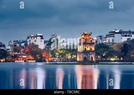 Toits de Hanoi au crépuscule. Sur la tour de la tortue du lac Hoan Kiem au vieux quartier. Banque D'Images