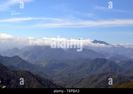 Les montagnes vue sur le Bonet Rock à Petropolis, Rio de Janeiro, Brésil Banque D'Images