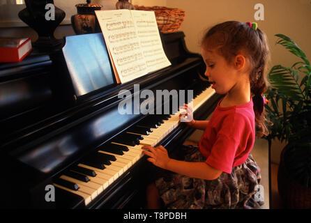 Jeune fille pratiquer son piano à la maison. Banque D'Images