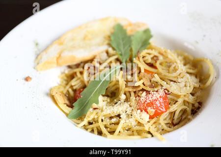 Spicy Spaghetti au basilic Banque D'Images