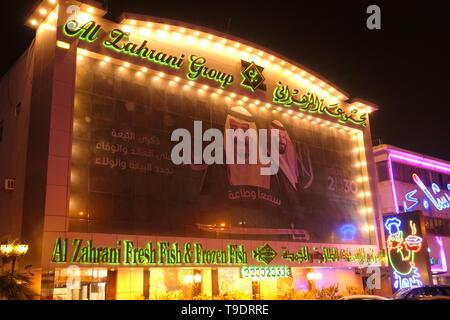 RIYADH, ARABIE SAOUDITE - le 17 décembre 2018: une bannière dans la ville de Riyad, avec le message de la nouvelle Vision 2030 de l'Arabie Saoudite Banque D'Images