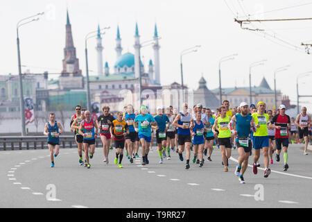05-05-2019 LA RUSSIE, KAZAN: Exécution de marathon dans la ville. Les gens marcher sur la route Banque D'Images