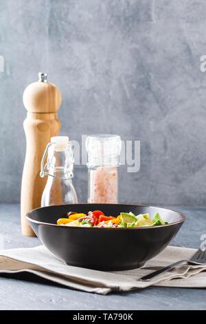 Bol bouddha vegan. Bol avec des légumes crus - tomates cerises, concombre, radis, avocat, laitue Romano, Frisse et ridicho. Végétarien sain Banque D'Images