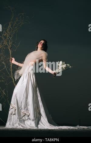 Mariage halloween. femme en robe de mariage avec des larmes de sang. happy Halloween. Parking, toutes les autres sorcières sera sanglante. crapaud face. Banque D'Images
