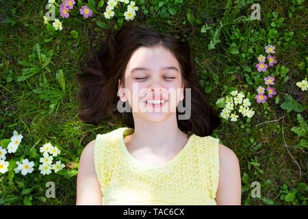 Portrait of Girl flower meadow, vue du dessus Banque D'Images